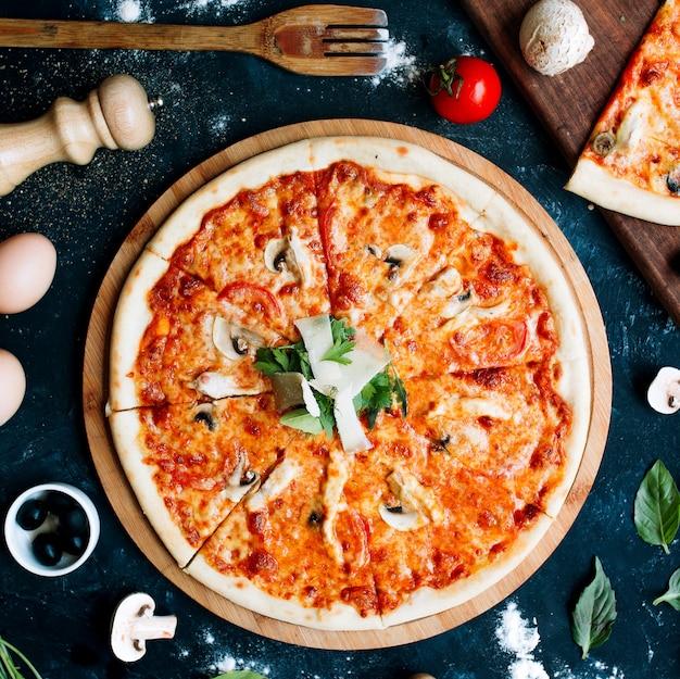 Pizza mit tomaten und champignons