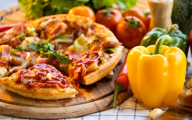 Pizza mit tomaten und süßen chili.