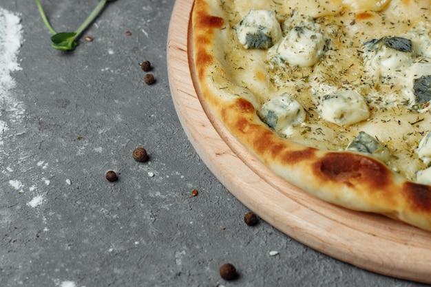 Pizza mit vier käsesorten, italienische pizza. pizza gefüllt mit vier käsesorten.