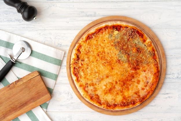Pizza mit vier käsesorten serviert auf hölzernem hintergrund
