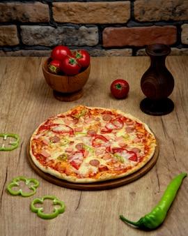 Pizza mit würstchen paprika tomate und käse