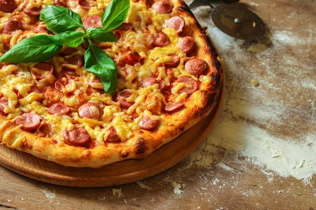 Pizza mit würstchen.