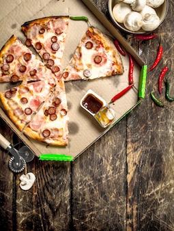 Pizza mit würzigen fleischwürsten und käse.