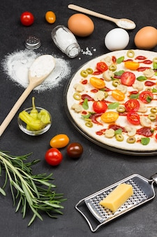 Pizza mit zutaten ist fertig zum backen