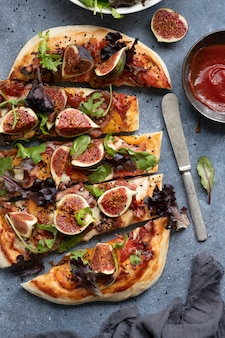 Pizza mozzarella feige und salatscheiben essen fotografie flach legen