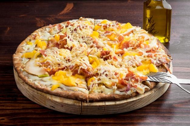 Pizza nach spanischer art mit serrano-schinken
