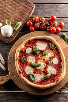 Pizza napoletana tomatensauce mozzarella und basilikum