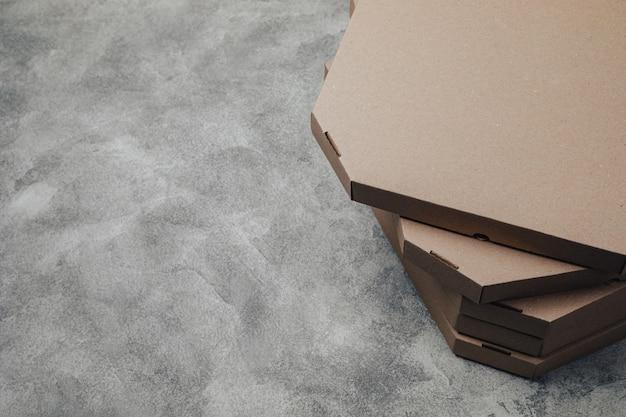Pizza packt auf hellem betonhintergrund