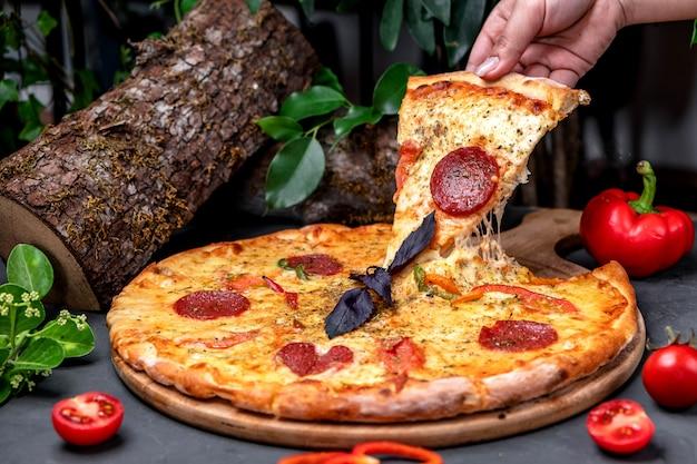 Pizza peperoni auf dem tisch
