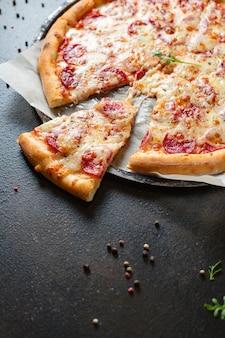 Pizza peperoni oder salami fleisch wurst und doppelkäse fast food zum mitnehmen