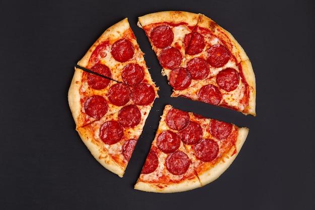 Pizza pepperoni mit chili jalapeno pfeffer