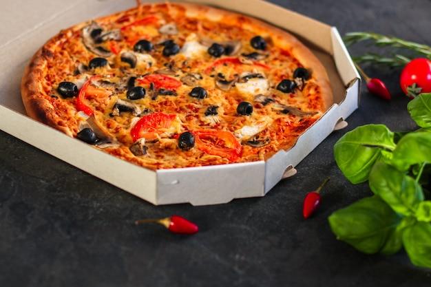 Pizza, pilze, oliven, hähnchen, tomatensauce, käse, (pizzazutaten)