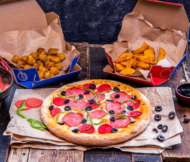 Pizza, pommes und nuggets zum mitnehmen.