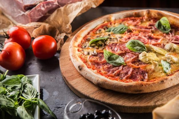 Pizza quatro stagioni vier jahreszeiten traditionelles italienisches essen mit artischocken und pilzen