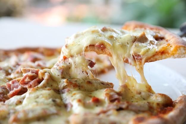 Pizza schinken speck mit käse und tomatensauce