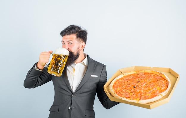 Pizza time fastfood restaurant oder pizzeria bärtiger mann mit leckerer pizza in der hand trinkt bier lächelnd