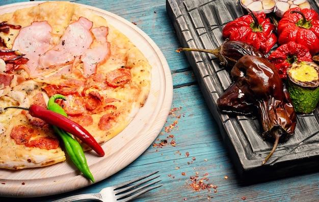 Pizza und gebackenes gemüse