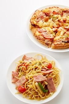 Pizza und gebratene hühner und spaghetti