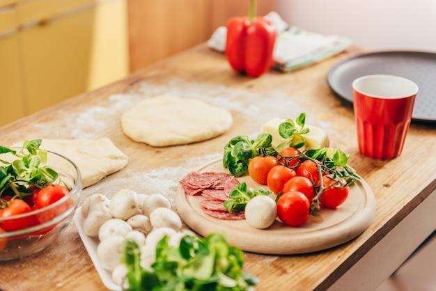 Pizza vorbereitung reihe von zutaten