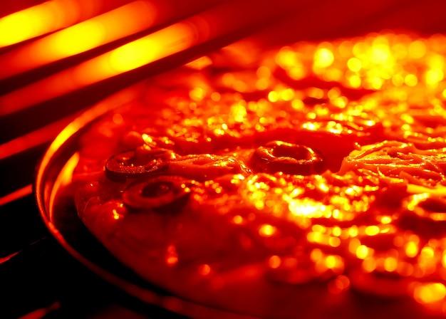 Pizza wird im ofen gebacken
