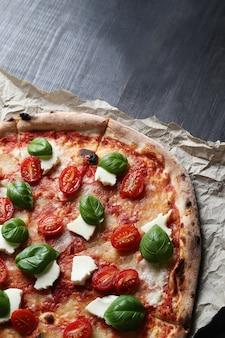 Pizza zeit! leckere hausgemachte traditionelle pizza, italienisches rezept