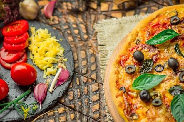 Pizzabestandteile auf tabelle. zutaten mit pizzateig