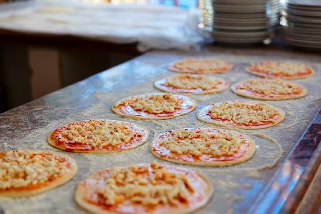 Pizzaboden mit tomatensauce bestreuen