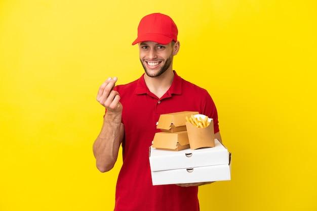 Pizzabote, der pizzakartons und burger über isoliertem hintergrund abholt und geldgeste macht