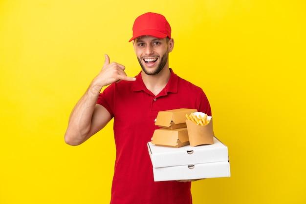 Pizzabote, der pizzakartons und burger über isoliertem hintergrund abholt und telefongeste macht. ruf mich zurück zeichen