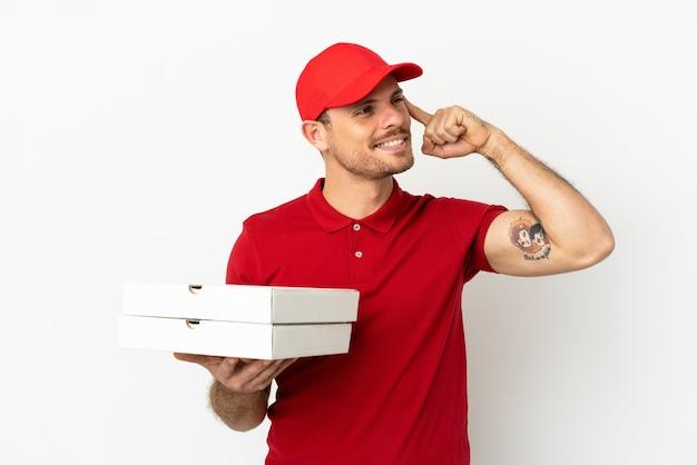 Pizzabote mit arbeitsuniform beim abholen von pizzakartons