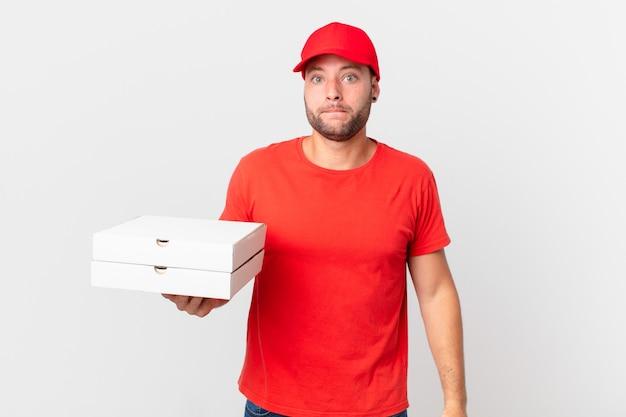 Pizzabote sieht verwirrt und verwirrt aus