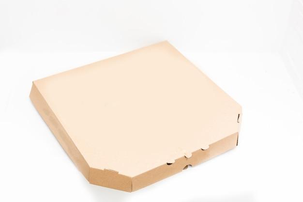 Pizzakarton isoliert auf weißem hintergrund