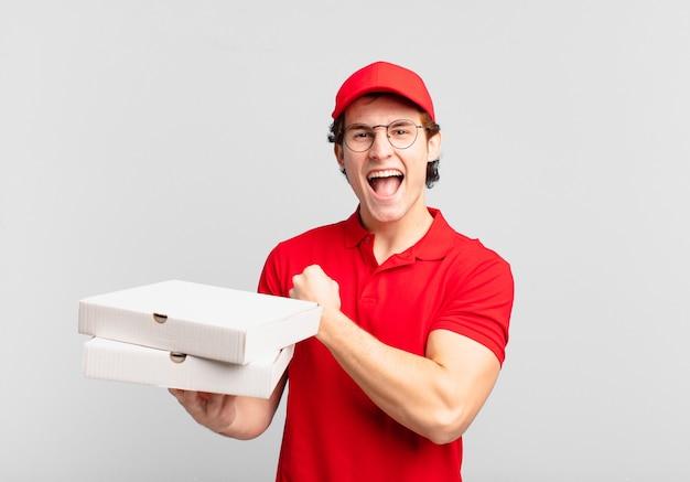 Pizzalieferjunge, der sich glücklich, positiv und erfolgreich fühlt, motiviert ist, wenn er sich einer herausforderung stellt oder gute ergebnisse feiert