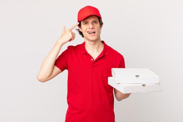 Pizzaliefermann, der sich verwirrt und verwirrt fühlt und zeigt, dass sie verrückt sind