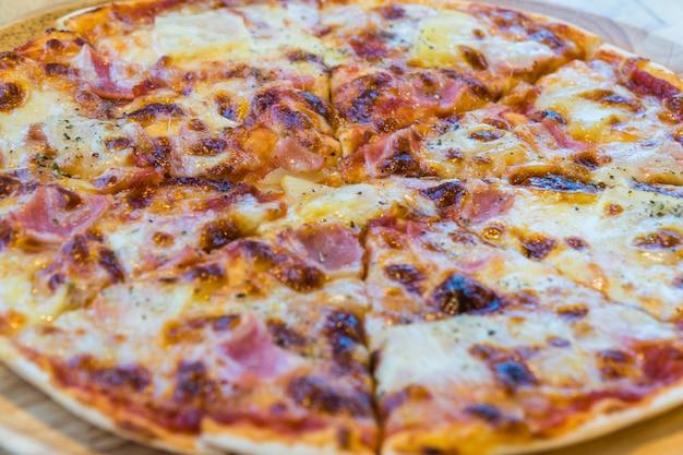 Pizzas europäische und amerikanische küche auf holzpfanne