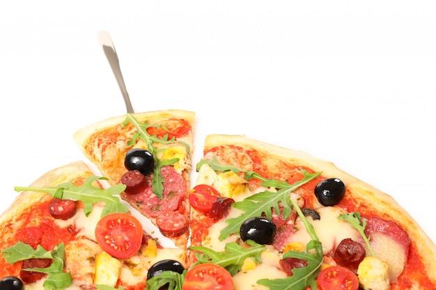 Pizzaschaufel und leckere pizza lokalisiert auf weißem hintergrund