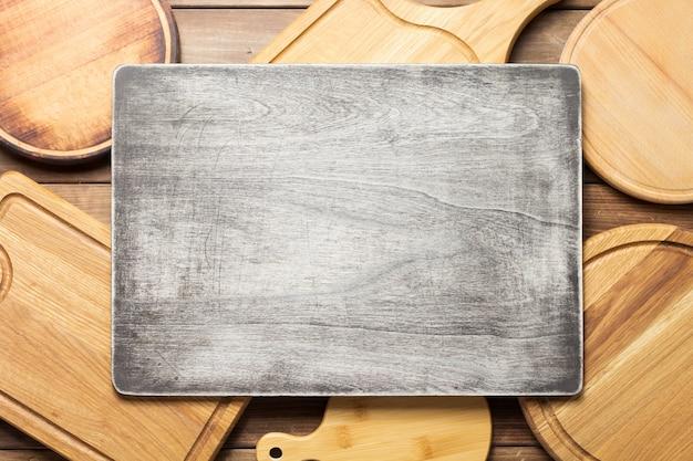 Pizzaschneidebrett auf rustikalem holzbretthintergrund, draufsicht