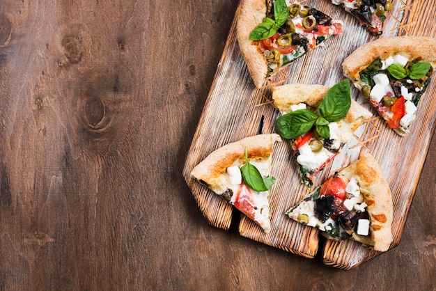 Pizzastücke auf schneidebrett flach liegen