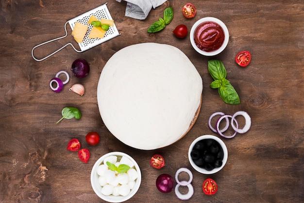 Pizzateig und gemüsesortiment