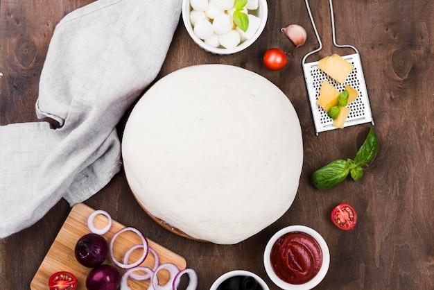 Pizzateig und gemüsezusammensetzung