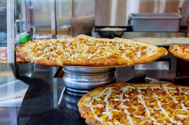 Pizzatorten auf anzeige für verkauf in der pizzeria. selektiver fokus