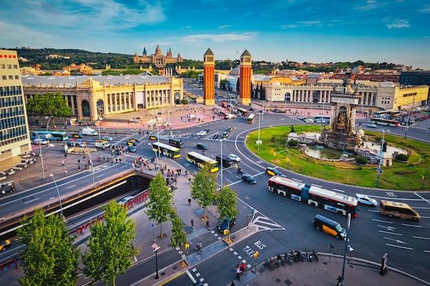 Placa despanya barcelona spanien mit stadtverkehr bei sonnenuntergang