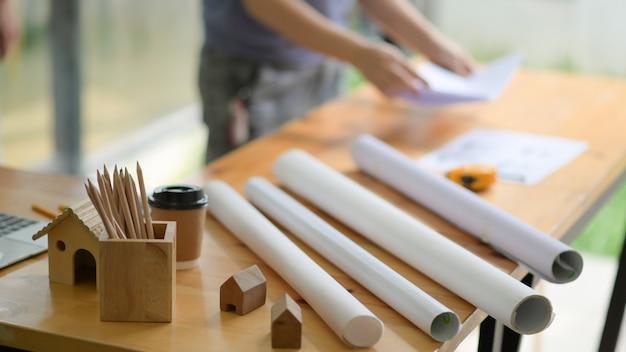 Pläne und ausrüstung auf dem schreibtisch im büro des architekten.