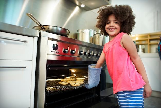 Plätzchen-bäckerei-kleines mädchen-freizeittätigkeits-kinderkonzept