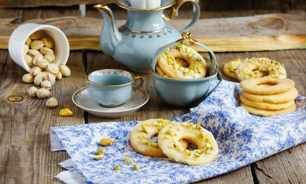 Plätzchen mit pistazien und zitronenglasur