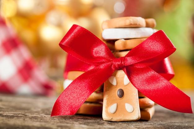 Plätzchen mit roter schleife gegen weihnachtsbeleuchtung