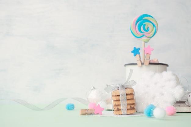 Plätzchen stapeln geschenk mit festlichem weihnachtswinterdekor auf hellen kräftigen farben