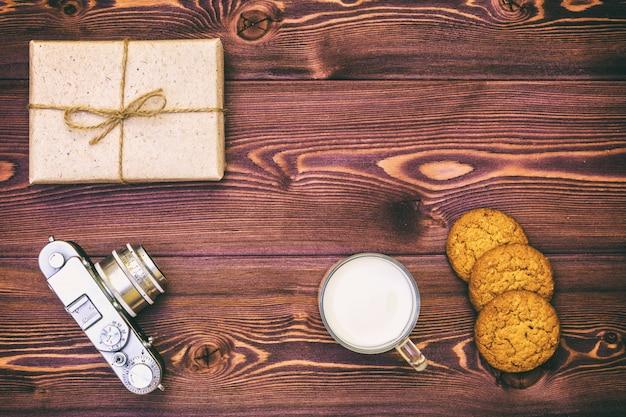 Plätzchen und geschenk auf dem tisch eingewickelt im papier im retrostil