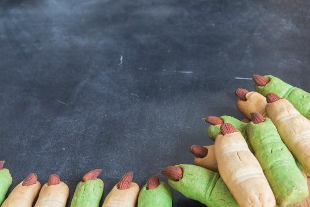 Plätzchenfinger halloween auf schwarzem hintergrund