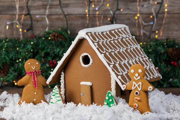 Plätzchenhaus mit menschlichen cookies